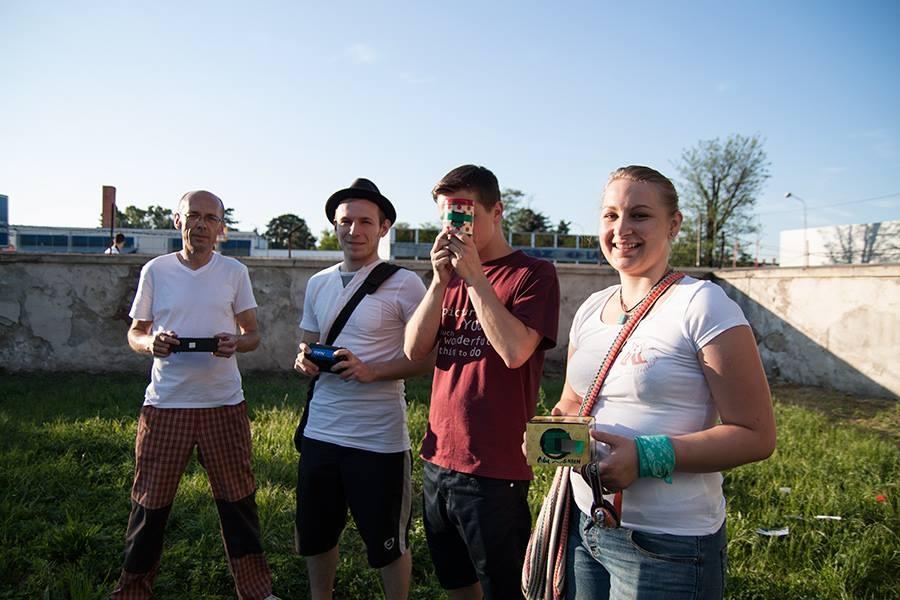 Niektorí zúčastnení so svojimi vlastnými pinholkami. Spoločnú fotku so všetkými sme nestihli zorganizovať.